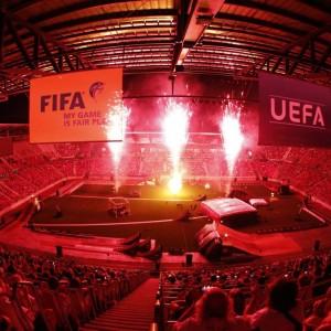 Panoramaaufnahme von roten Feuerwerkskörpern im Wörthersee Stadion