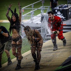 Motorradfahrer und Grid-Girls während der Champagner-Dusche