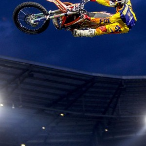 Akrobatischer Stunt auf springendem Motorrad