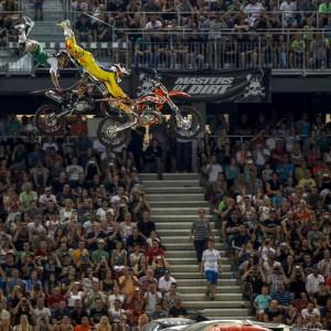 Akrobatischer Stunt auf zwei hintereinander springenden Motorrädern