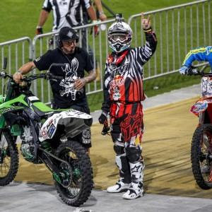 Motorradfahrer posiert für die Kamera