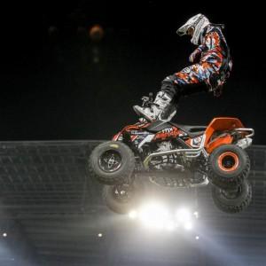 Akrobatischer Stunt auf springendem ATV