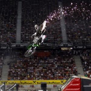 Hoch springendes Motorrad