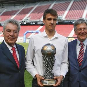 Siegerfoto mit Bundespräsident Heinz Fischer, Kapitän U18-Mannschaft Austria Klagenfurt und Landeshauptmann Peter Kaiser