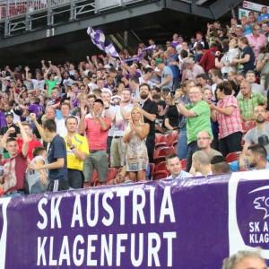 Jubelnde SK Austria Klagenfurt Fans