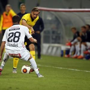 Thomas Zuendel (RZ Pellets WAC) und Mats Hummels (Borussia Dortmund) im Zweikampf