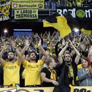 Große Gruppe Dortmund Fans