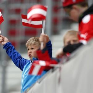 Junger Fan mit österreichischer Fahne