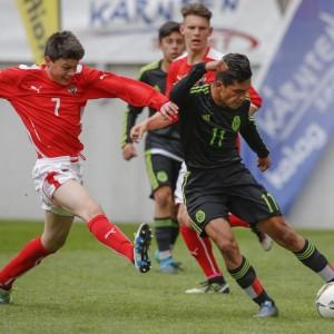 Zwei Fußballspieler im Zweikampf