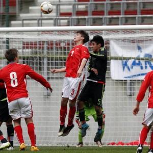 Zwei Fußballspieler springend im Kopfball-Duell
