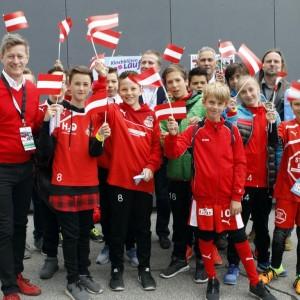 Gruppenfoto junger Fußballbegeisterter und Funktionäre