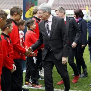 Landeshauptmann Dr. Peter Kaiser beim Handschlag mir jungen Fußballspielern