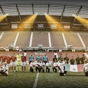 Gruppenfoto der Österreichischen U15 Nationalmannschaft, Schiedsrichtern und der Mexikanischen U15 Nationalmannschaft
