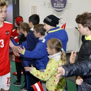Österreichischer Fußballspieler beim abklatschen mit jungen Fans