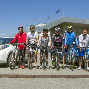 Gruppenfoto auf Fahrrädern von Heinz Konrad, Helmut Wolf, Gert Unterköfler, Sara Vilic, Gerald Florian, Albin Ouschan und Martin Sintschnig